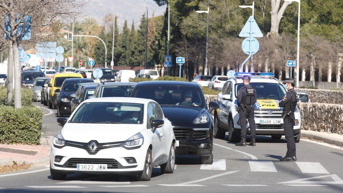 Los controles policiales provocan atascos kilométricos en la provincia de Alicante
