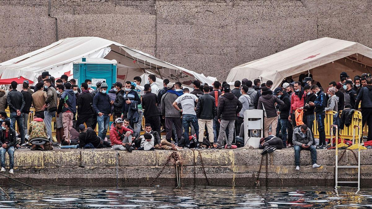 Miigrantes hacinados en el puerto de Arguineguín, en Gran Canaria.     ÁNGEL MEDINA G. (EFE)
