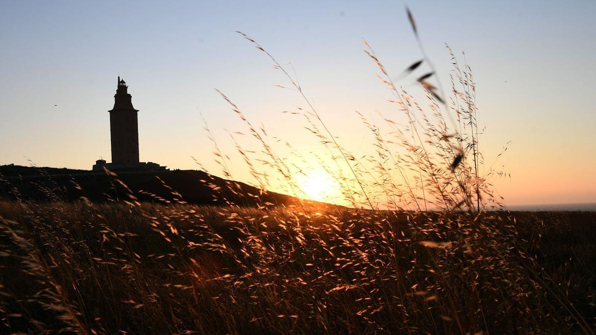 Vista de la Torre de Hércules y su entorno al atardecer.