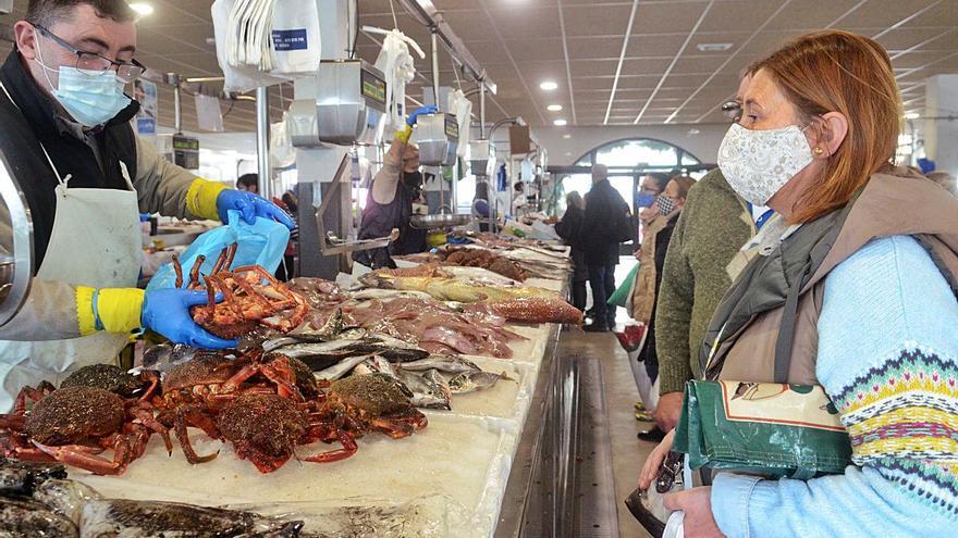 Plazas y pescaderías ya notan incremento en el precio del marisco y en los pedidos para congelar