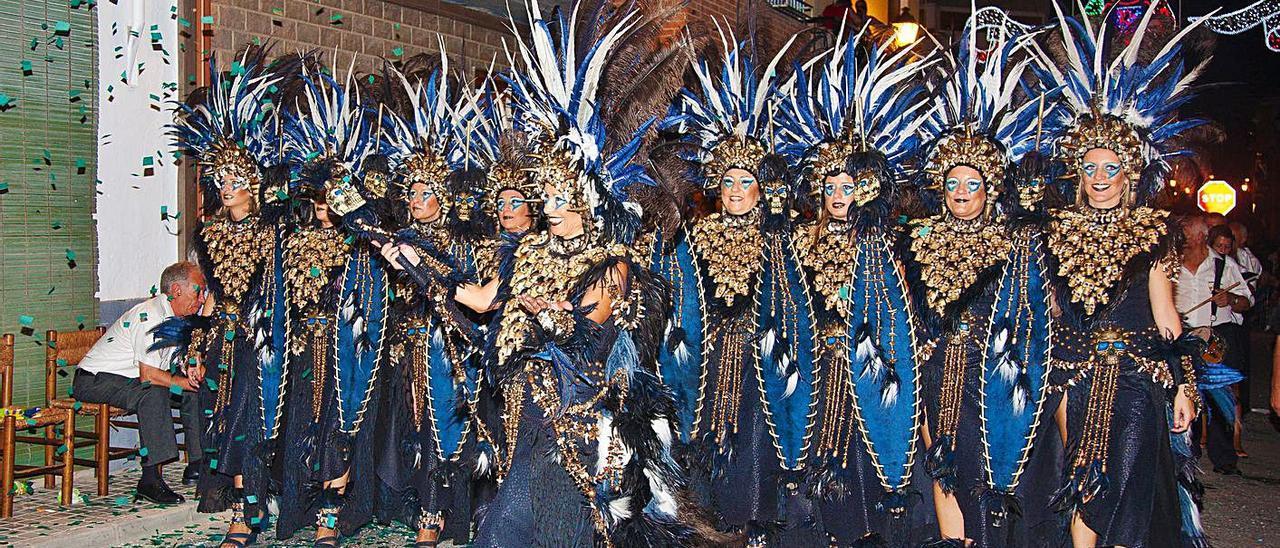 Una escuadra desfila en las fiestas de Aielo de Malferit, en una imagen de archivo | LEVANTE-EMV