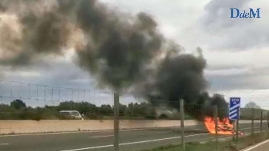 Un coche se incendia en la autopista, entre Algaida y Montuïri