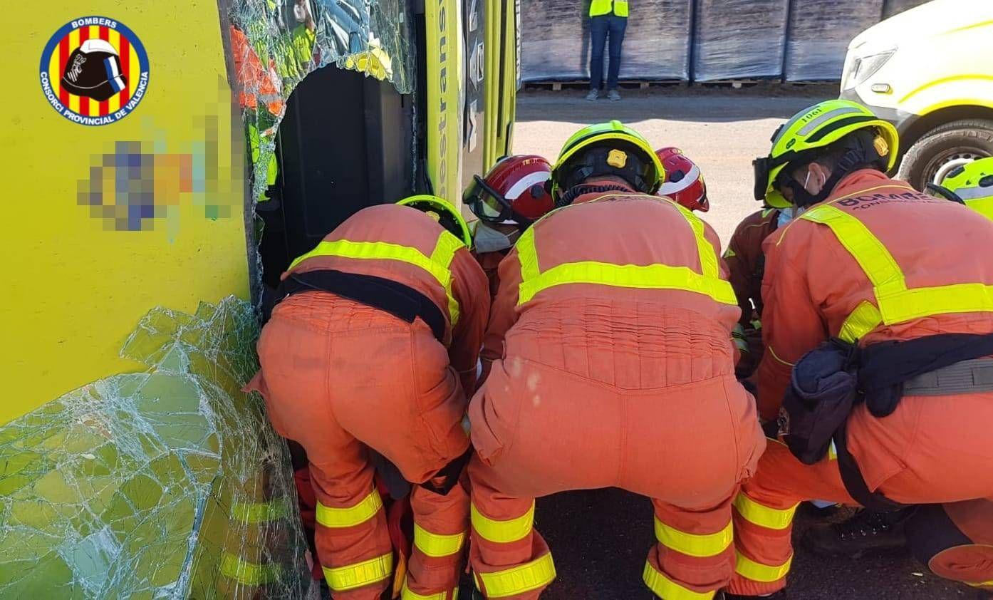 Excarcelan al conductor de un camión tras volcar en el polígono de Moixent