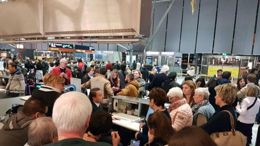 Decenas de mallorquines atrapados en aeropuertos europeos por la nieve