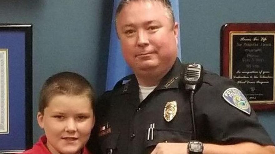Un policía adopta al niño que rescató de la familia que le maltrataba