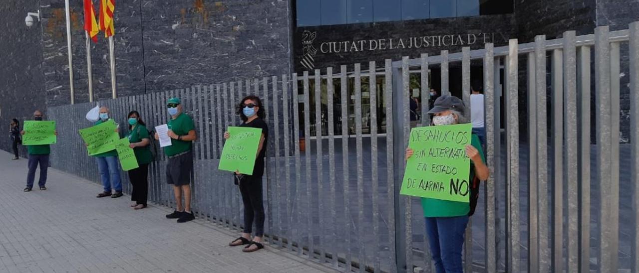 La protesta realizada por miembros de la PAH en los juzgados de Elche esta mañana para pedir medidas contra los desahucios