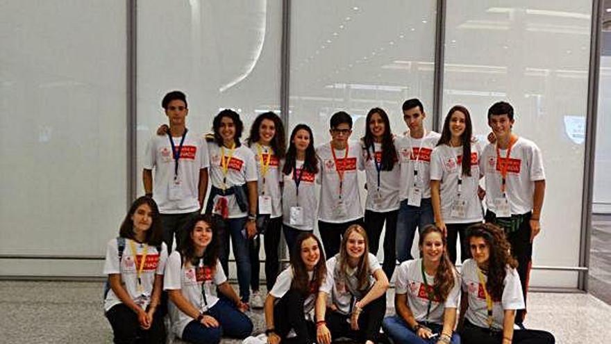 Grupo de estudiantes españoles de una edición anterior, en el aeropuerto antes de embarcar.