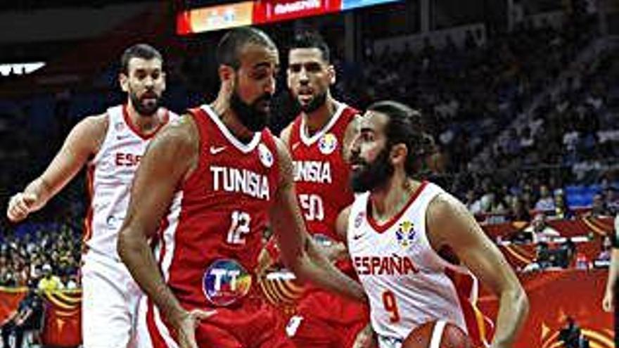 Espanya apallissa Tunísia en el seu debut mundialista