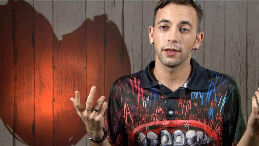 Denis parla a 'First Dates' de la realitat de les persones LGTBI a Bulgària: «T'obliguen a anar a la mili per fer-te més home