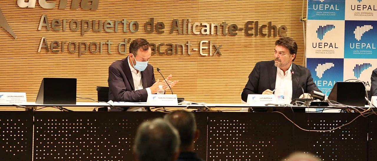 El alcalde de Alicante, Luis Barcala, observa a Carlos González, primer edil de Elche, durante su intervención.   ANTONIO AMORÓS