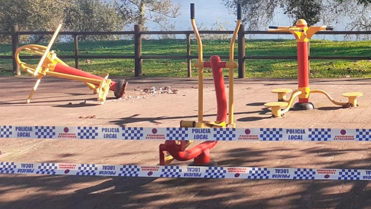 Parque biosaludable del Penedo, destrozado y precintado por la Policía.