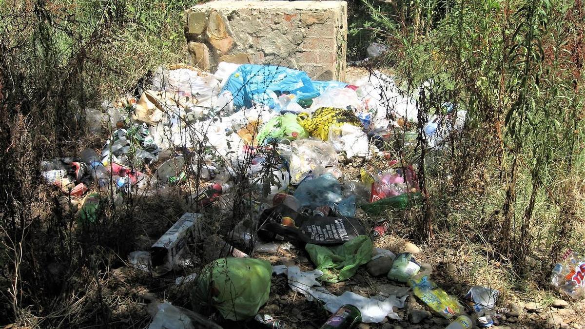 Basura acumulada en el entorno del río Gévora en el término municipal de Badajoz