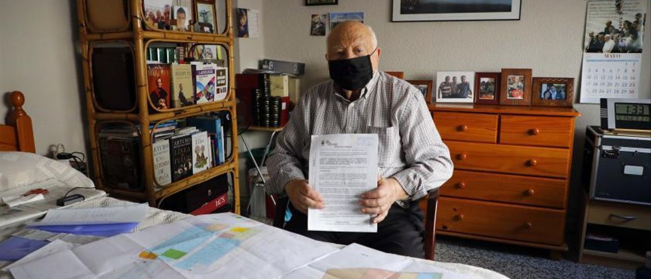 Antonio Baeza posa junto a la documentación que fundamenta sus caso particular.   MIGUEL ÀNGEL MONTESINOS
