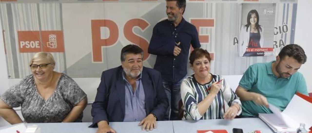 Fernando Pascual y Neus Garrigues, en el centro, anoche antes de iniciarse la ejecutiva.