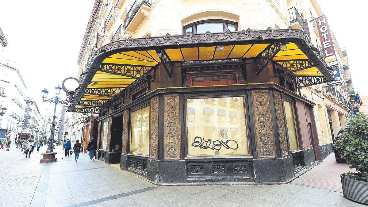 La fachada, catalogada por su valor histórico y patrimonial, sin los carteles de la joyería.