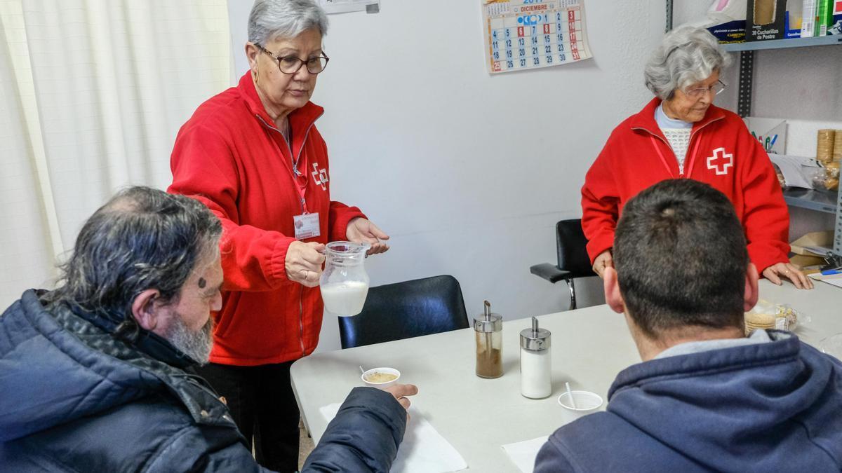 Voluntarias de Cruz Roja Elda atendiendo a personas sin recursos