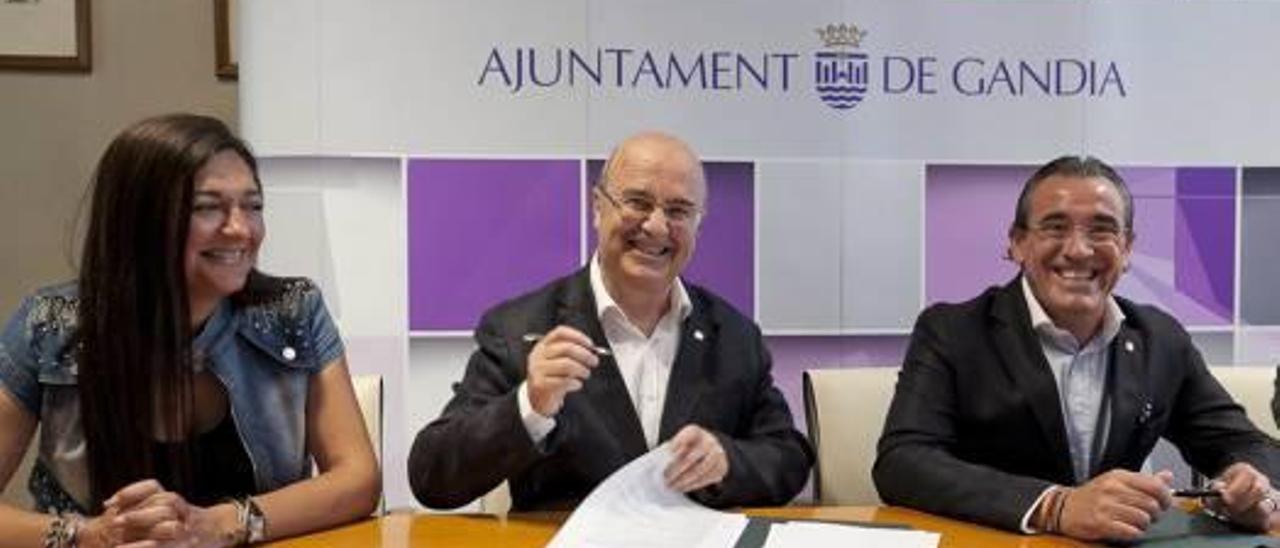 Gandia entrega 44.800 euros  para que tres entidades sociales contraten a 22 personas