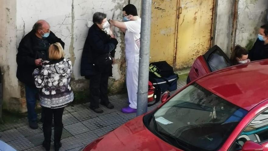 Vacunan en una calle de Luanco y salta la polémica en las redes