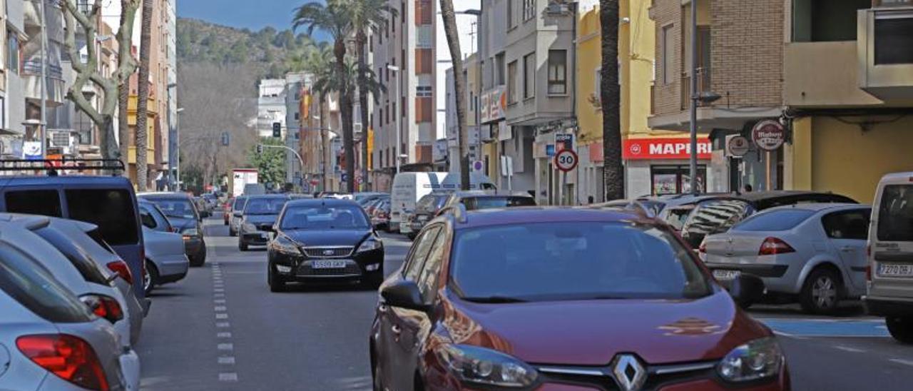 A la izquierda, la carretera CV-50 que atraviesa Tavernes y a la derecha el castillo de Villalonga , que se incluiría dentro del proyecto «Diània, Terra de Castells». | LEVANTE-EMV