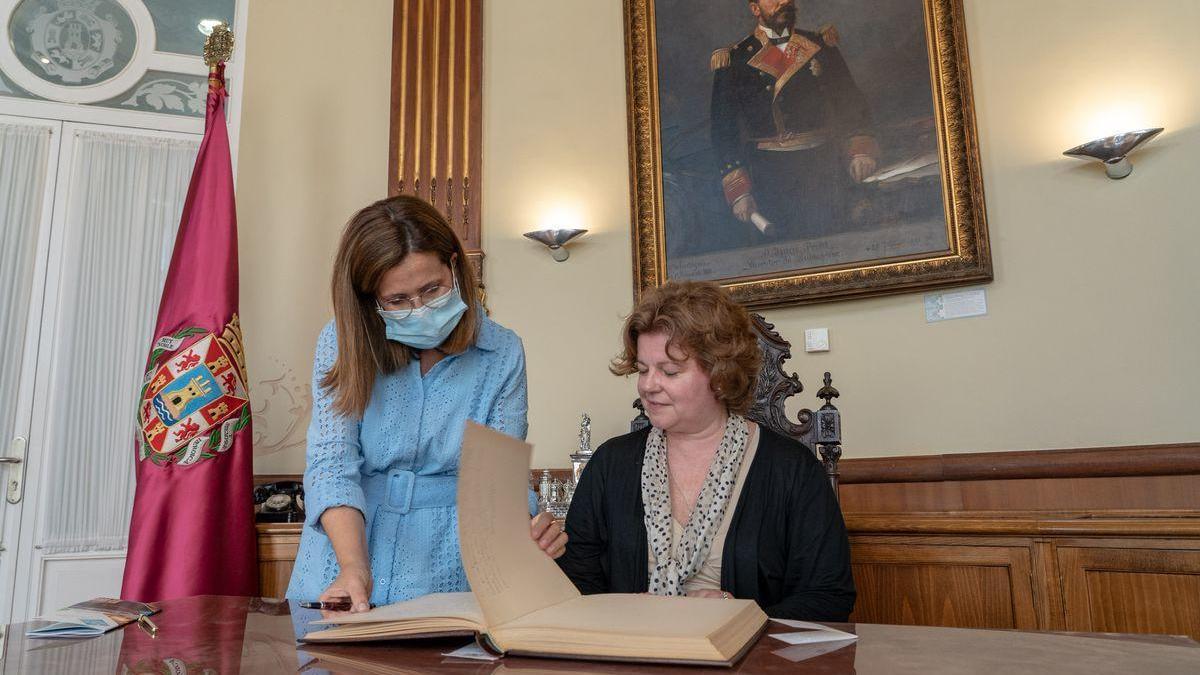 Castejón, junto a la embajadora letona.