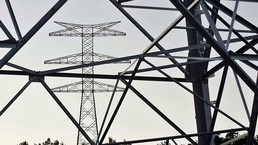 Les petites empreses espanyoles paguen  la llum més cara d'Europa després d'Itàlia