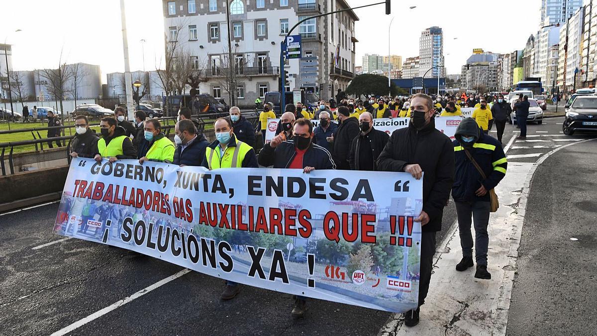 Trabajadores de As Pontes, encabezando la manifestación de ayer entre la Delegación del Gobierno y la Subdelegación.     // CARLOS PARDELLAS