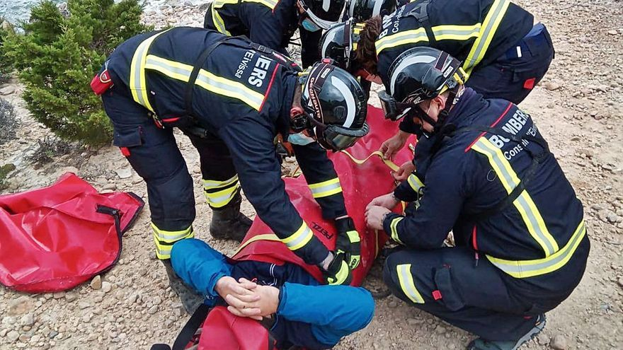 Los bomberos rescatan a un hombre herido en es Portitxol