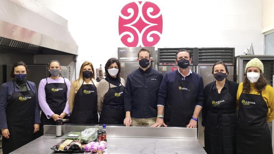 Empresarios mallorquines cocinan garbanzos para gente con dificultades
