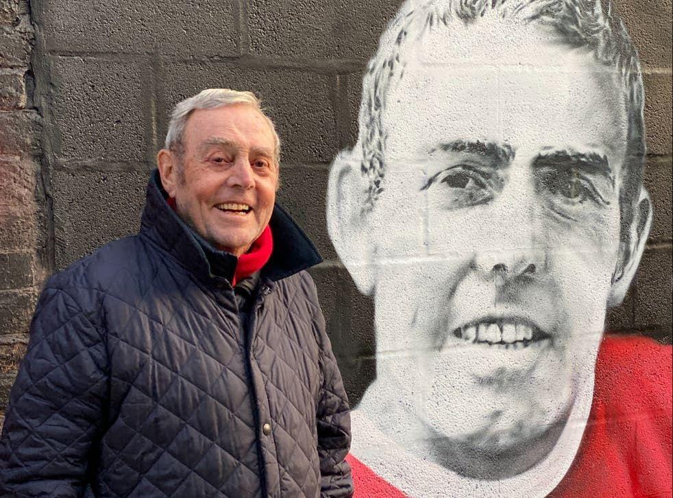 St John, junto a uno de los murales de Liverpool con su imagen.