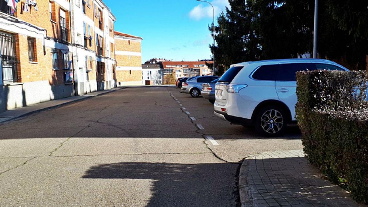Calle Avilés, en el barrio San Isidro de Benavente. | E. P.