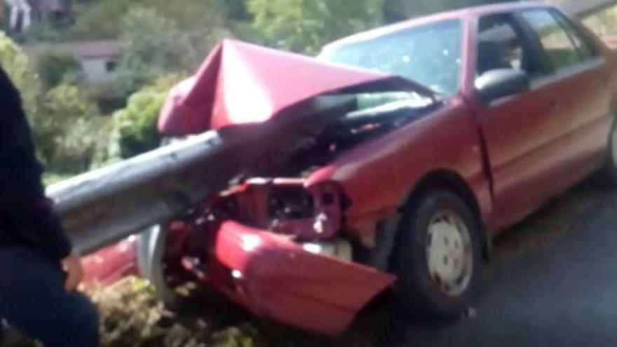 El conductor del coche que atravesó un quitamiedos en Turón iba sin carné y estaba bebido