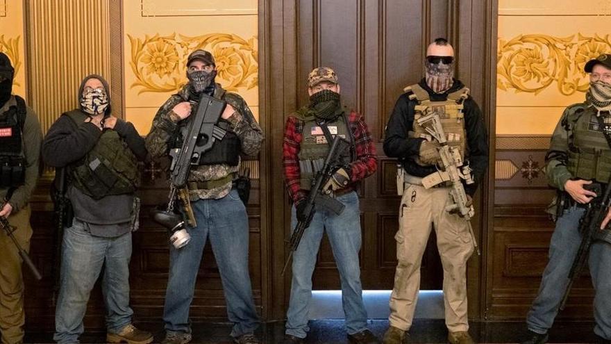 Manifestants armats protesten al Capitoli de Michigan contra el confinament