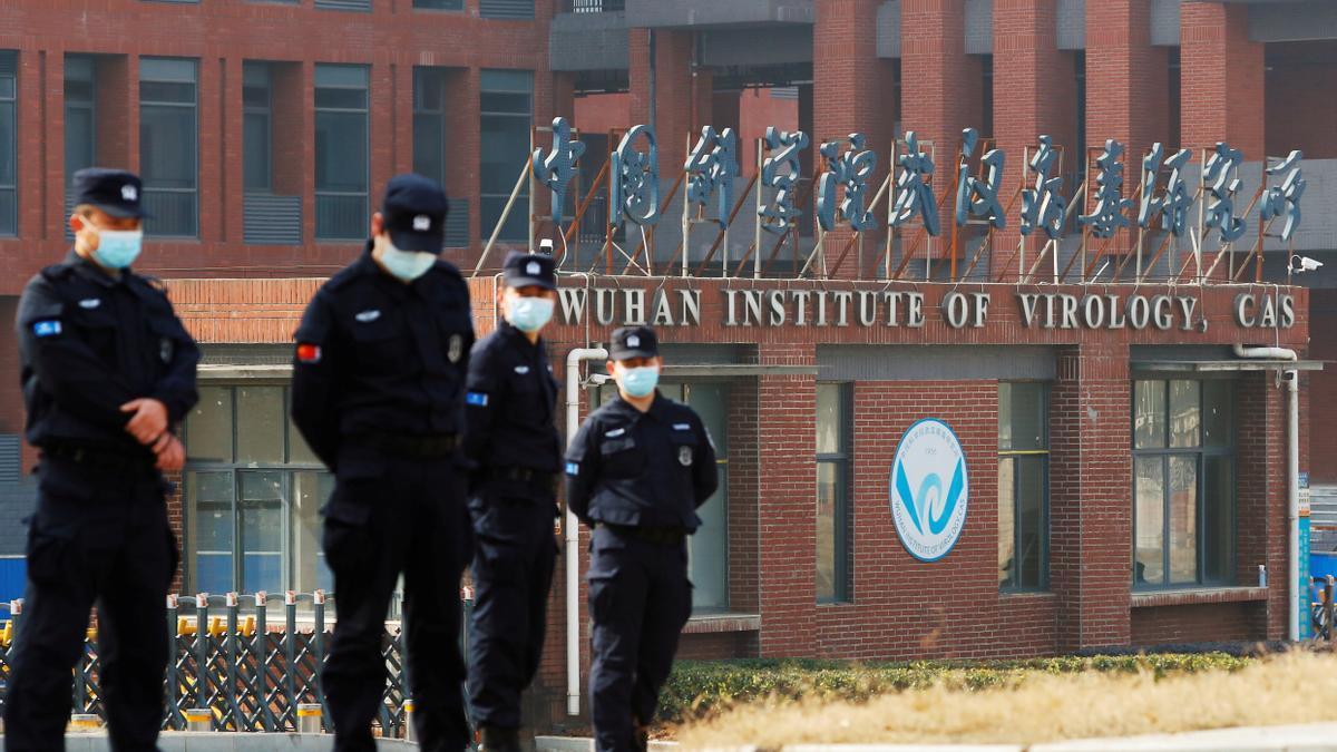 Policías frente al Instituto de Virología de Wuhan.