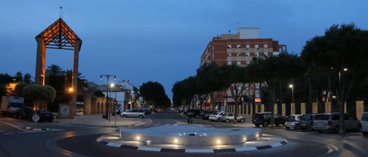 Rotonda a l'avinguda Antoni Almela de l'Alcúdia, amb l'il·luminació nova. | A. L'ALCÚDIA