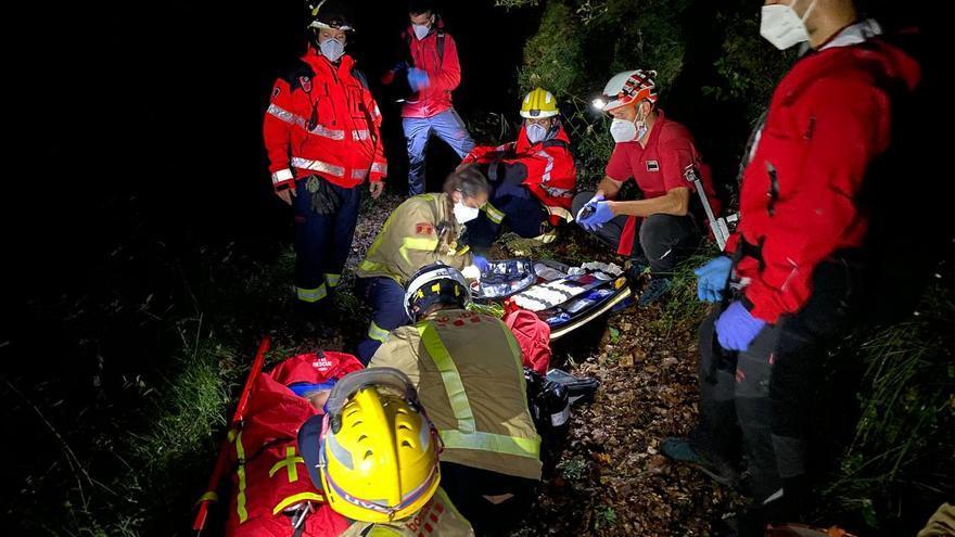 Els Bombers evacuen una dona amb problemes de salut d'una finca amb difícil accés a Montagut i Oix