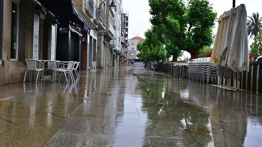 La lluvia se suma a las restricciones y cierra casi toda la hostelería de Cangas en pleno puente