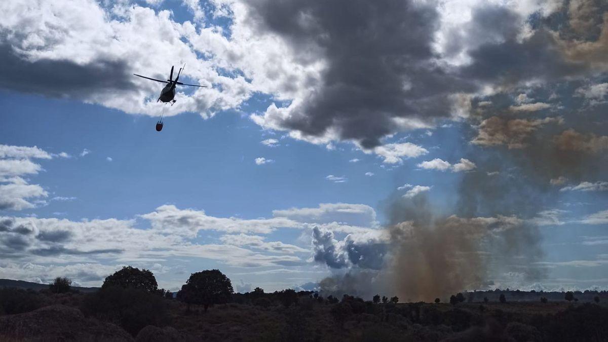 Un helicóptero de extinción de incendios