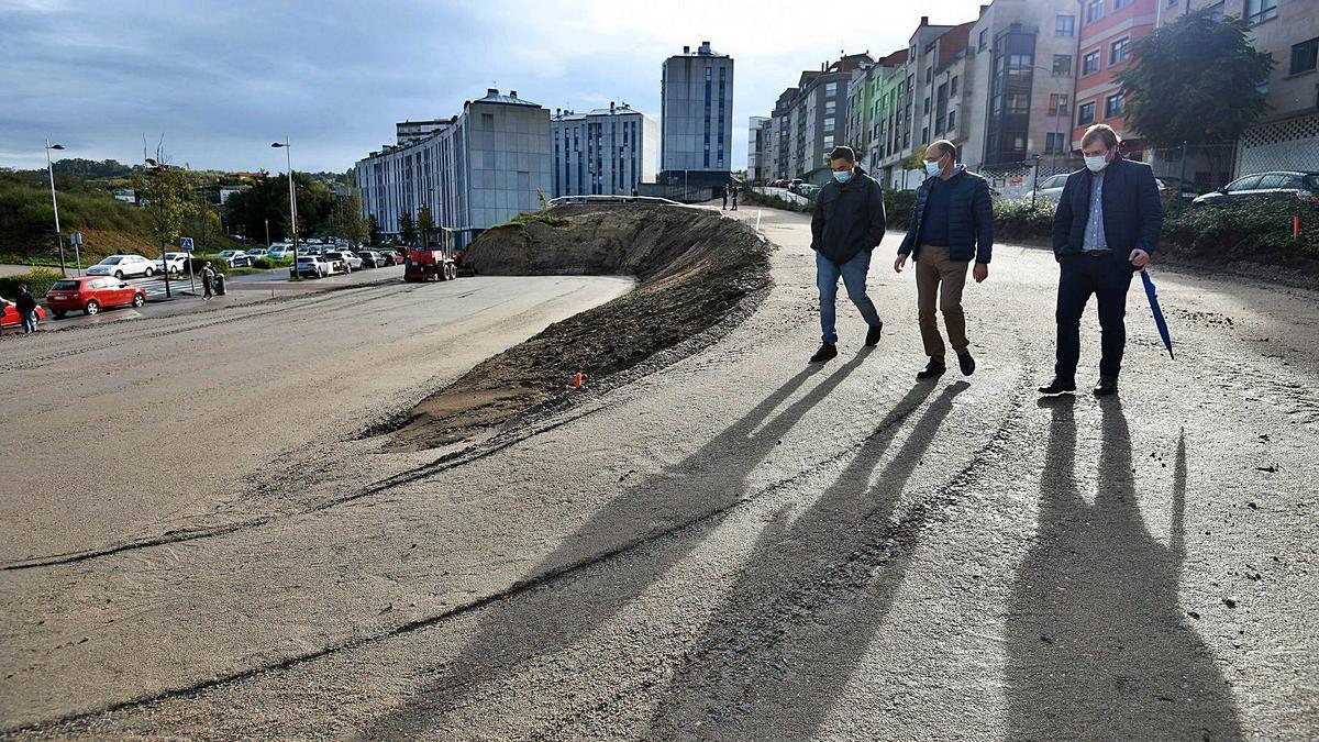 El concejal de Obras visitó ayer la parcela en la que se habilita en estacionamiento de Valdecorvos, con responsables de los trabajos. |   // G.S.