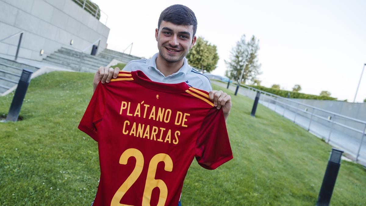 Pedri con la camiseta de Plátano de Canarias.