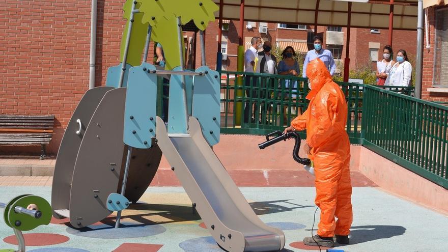 Los seis meses de impagos del Ayuntamiento a la UTE amenazan la limpieza de colegios de Alicante