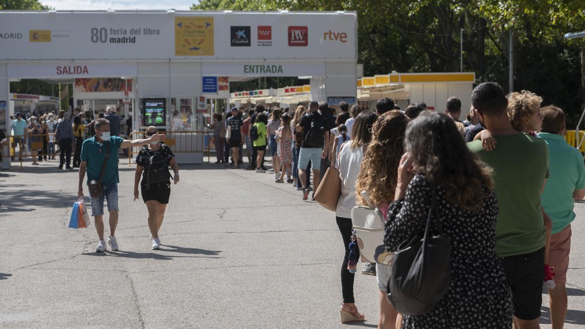 Fila de visitantes en la Feria del Libro de Madrid.