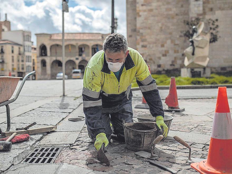 Un trabajador de la construcción arregla desperfectos en el pavimento de la Plaza Mayor de Zamora. | Emilio Fraile