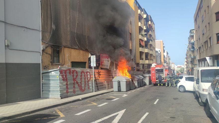 Incendio de un contenedor de basuras en la calle Pérez de Rosas