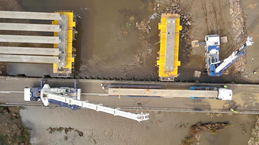 VÍDEO | Obras en el puente de Domez de Aliste: así instalan las vigas de 20 toneladas cada una