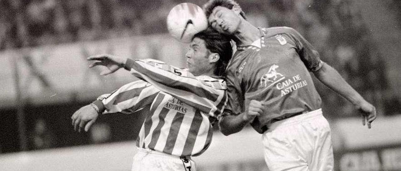 Luna disputa un balón de cabeza con Rivas durante el Sporting-Oviedo del 26 de enero de 1997.