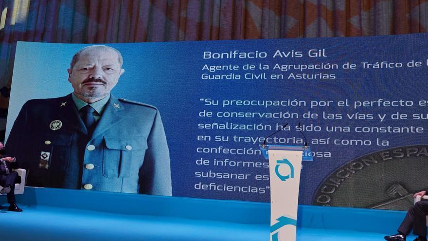 Medalla para el agente de atestados más concienzudo de la Guardia Civil de Asturias