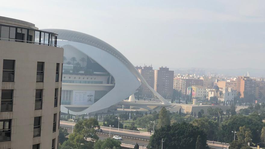 La quema de la paja del arroz cubre de humo parte de València