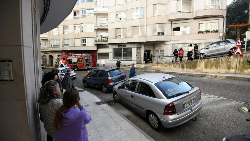 La Policía de Marín rescata a una persona por un incendio en su vivienda