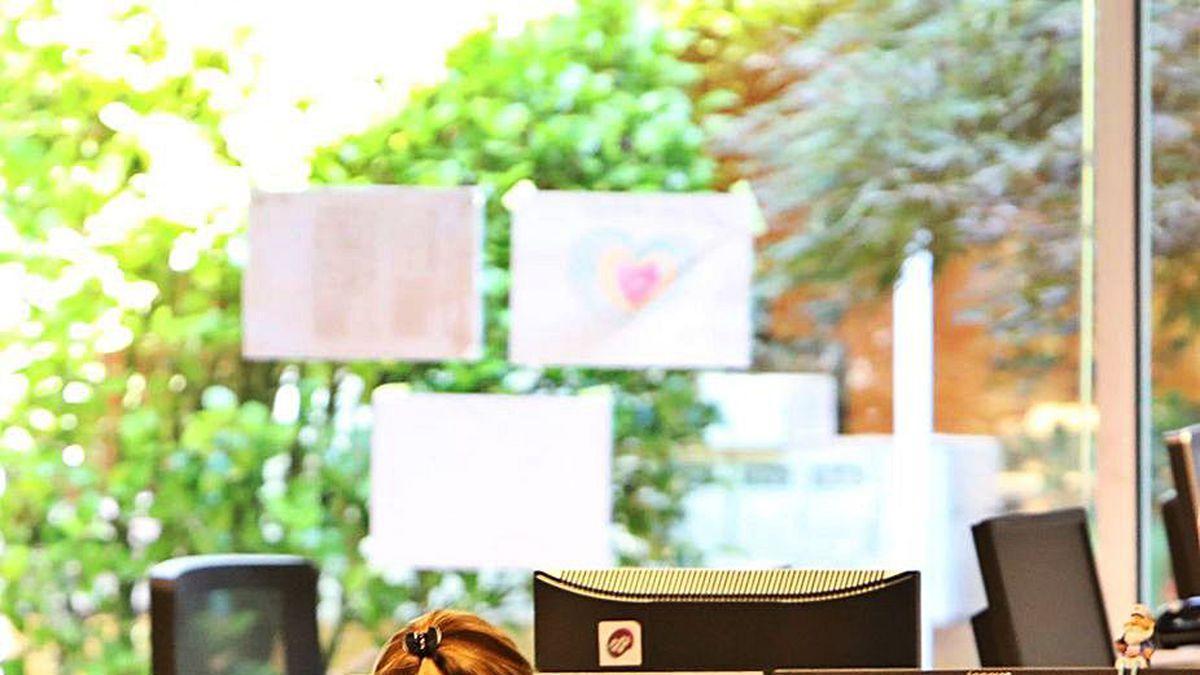 Una trabajadora en la sede central de la Xunta.