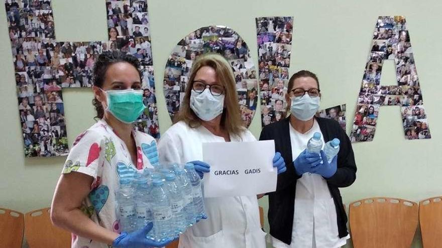 Gadis dona 300.000 botellas de agua a geriátricos